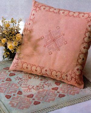 Подушка и салфетка с орнаментом