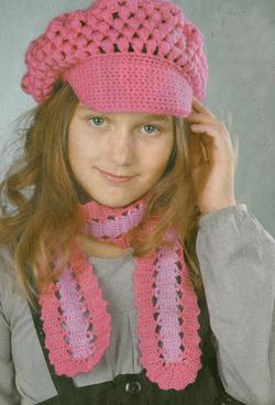 Розовое  кепи  и  шарфик